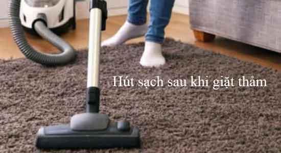 Hút khô thảm sau khi giặt