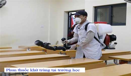 Phun thuốc khử trùng tại trường học